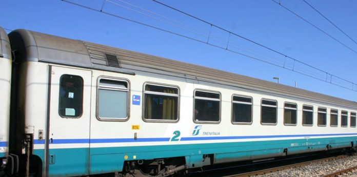 Si guasta il passaggio a livello: il treno Modena-Mantova fermo sotto il sole per oltre un'ora